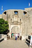 Turister som förs in från ytterdörren citadelen av dubrovnik i — Stockfoto