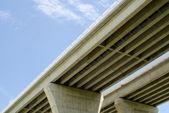 нижней автодорожных мостов на голубое небо — Стоковое фото