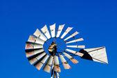 Westen sie metall windmühle am himmel — Stockfoto