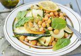 Chickpeas and zucchini salad. — Stock Photo