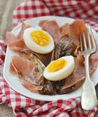 Red endive eggs and hamon warm salad — Foto Stock