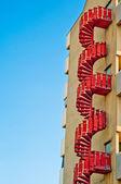 Acil durum merdivenleri. arka plan kentsel mimari — Stok fotoğraf