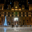 Skating-rink near the Hotel de ville at night in Paris. — Stock Photo