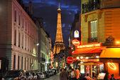 Parijs met de Eiffeltoren op de achtergrond. — Stockfoto