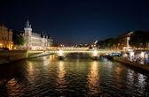 El pont au cambiar sobre el río sena en parís, francia — Foto de Stock