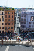ROME-AUGUST 7: Fontana della Barcaccia and the Piazza di Spagna seen from the Trinità dei Monti on August 7,2013 in Rome, Italy. Fontana della Barcaccia is a Baroque fountain in Rome, Italy. — ストック写真