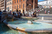 ROME-AUGUST 7: The Spanish Steps, seen from Piazza di Spagna on August 7, 2013 in Rome, Italy. The Spanish Steps are steps between the Piazza di Spagna and the Trinità dei Monti church at the top. — Foto de Stock