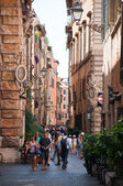 ROME-AUGUST 8: The narrow street on August 8,2013 in Rome, Italy. Rome is the capital of Italy and also of the homonymous province and of the region of Lazio. — Foto Stock