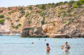 Ibiza, Spanje-augustus 13: cala bassa strand op augustus 13,2011 op ibiza eiland van de Balearen, Spanje. — Stockfoto