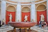 VATICAN-JULY 20: Sala Rotonda with bronze sculpture of Herculeson on July 20,2010 in the Vatican Museum, Rome, Italy. — Stock Photo