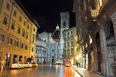 FLORENCE-NOVEMBER 10: Via degli Agli and the Basilica di Santa Maria del Fiore on the background on November 10,2010 in Florence, Italy. — Stock Photo