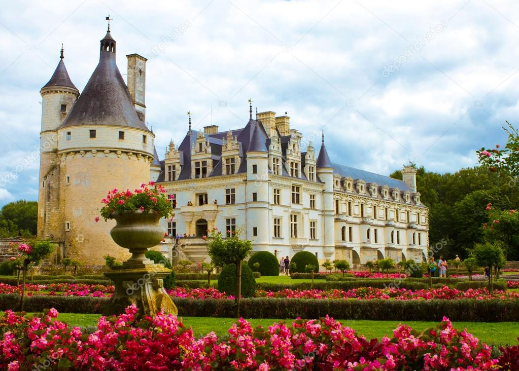 Famous castle Chenonceau, view from the garden. Loire Valley, France. — Stock Photo #16486867