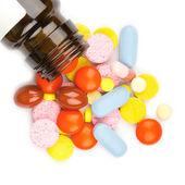 Gekleurde pillen, tabletten en capsules op een witte achtergrond — Stockfoto