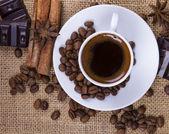 Šálek horké nápoje káva paprskem — Stock fotografie