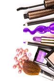 Makeup borste och kosmetika, på en vit bakgrund isolerat, med — Stockfoto