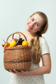 Beautiful girl with a basket of fruit — ストック写真