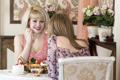 Girlfriends gossiping in a cafe — Stok fotoğraf