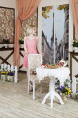 Blonde girl standing at the table — ストック写真