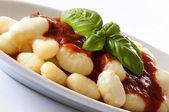 Gnocchi di patate con pomodoro e basilico — Stock Photo