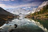 Reflejo en un lago de montaña — Foto de Stock