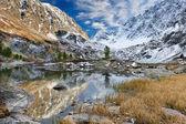 A beleza de um lago de montanha — Foto Stock