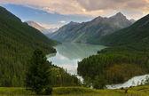 Turkuaz dağ gölü — Stok fotoğraf