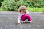 Dítě kreslí na asfaltu — Stock fotografie
