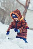 Retrato del bebé encantador, rodeado de nieve — Foto de Stock