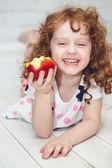 Barn äter rött äpple — Stockfoto