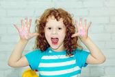 витражные краски немного кудрявая девушка — Стоковое фото