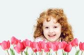 Jeune fille souriante avec tulipe rouge. — Photo
