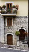 Fasaden på den italienska hus med balkong och blommor — Stockfoto