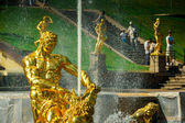 Famous Samson and the Lion fountain in Peterhof Grand Cascade, St. Petersburg. — Stock Photo