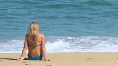 Long haired blonde woman enjoys a perfect day at the beach in Cabo San Lucas, Mexico by resort. — Stock Video