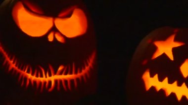 A group of pumpkins lit up on Halloween night. — Stock Video