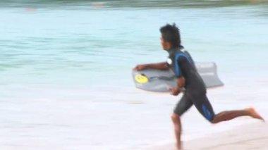 человек, серфингом на пляже — Стоковое видео