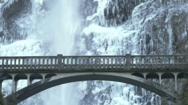 Multnomah falls met bridge schilderachtige in oregon in de winter — Stockvideo