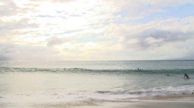 Nadar en las olas en el océano — Vídeo de Stock