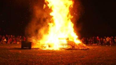 L'homme s'approche de grand feu et met les deux bras vers le haut de haute. — Vidéo