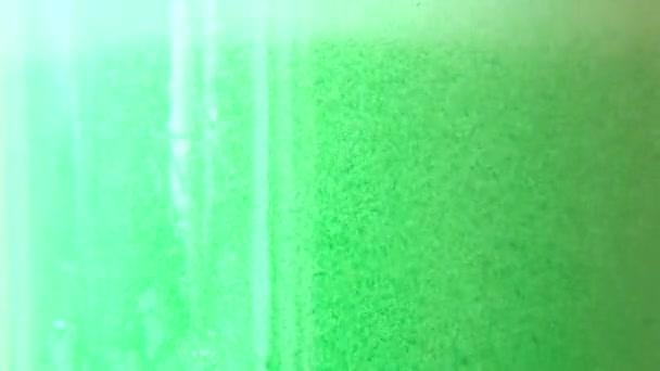 Llenar el vaso con agua verde — Vídeo de stock