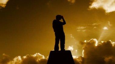 Hermosa caliente cloudscape con hombre — Vídeo de stock