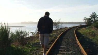 Hombre camina por ferrocarril — Vídeo de Stock