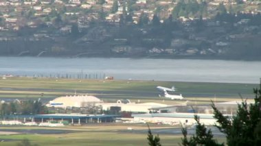 Airplane takes off at Portland Oregon airport. — Vídeo Stock
