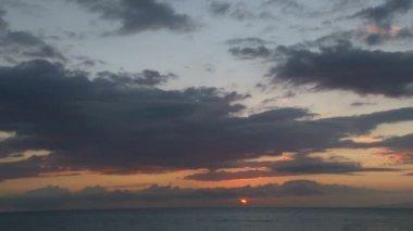Słońce wschodzi nad oceanem — Wideo stockowe