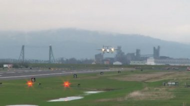 Airplane takes off at Portland Oregon airport. — Wideo stockowe