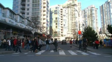 VANCOUVER, BRITISH COLOMBIA - CIRCA OCTOBER 2010 :Time lapse of very busy intersection and high rise buildings in Vancouver, Canada during the 2010 Olympic Winter Games. — Stock Video