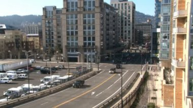 Time lapse of traffic entering downtown Portland, Oregon on sunny day. — Stock Video