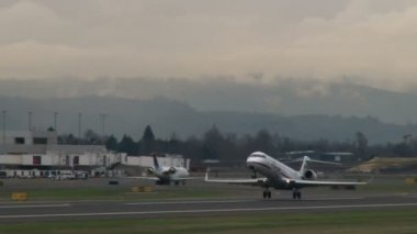 Airplane takes off at Portland Oregon airport. — Stockvideo