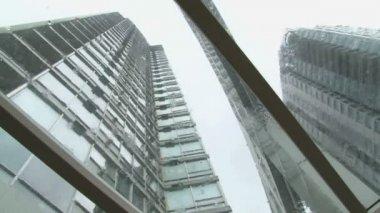 Inclinación circular en edificios altos durante la tormenta de lluvia. — Vídeo de Stock