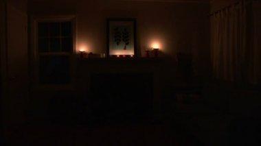 Die anzeige leuchtet im schlafzimmer. es gibt geister der — Stockvideo